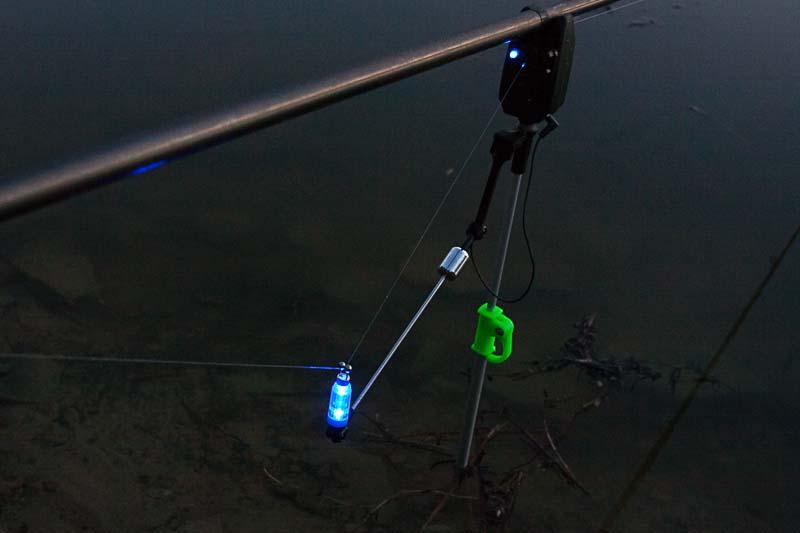 Swinger świecący na niebiesko