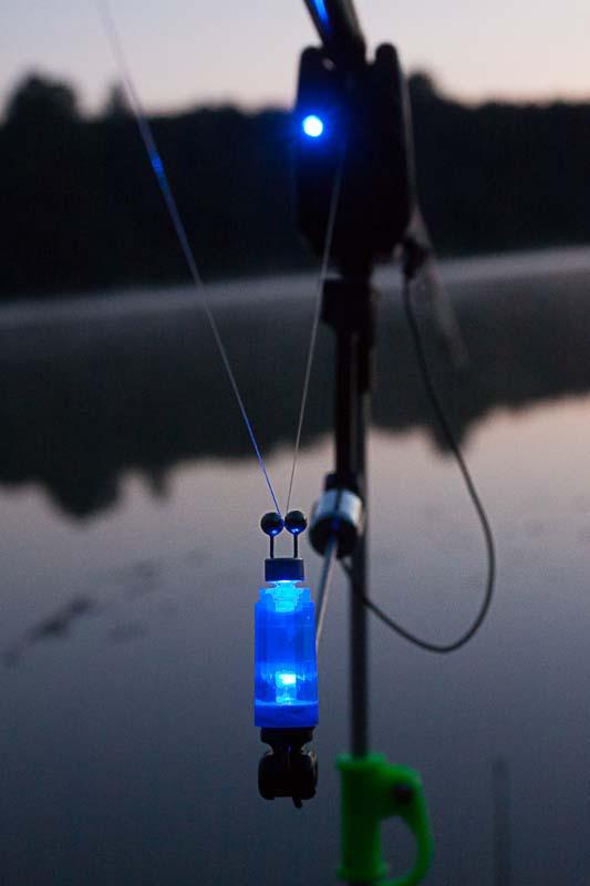 W nocy ta niewielka dioda rozświetla otoczenie wędki