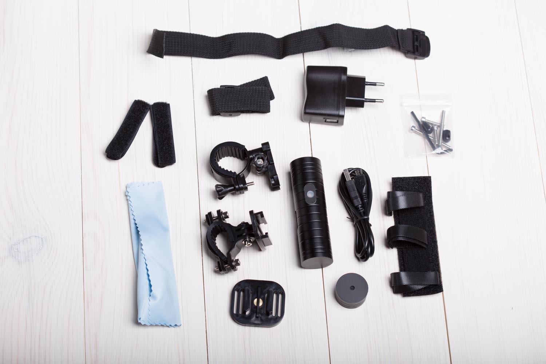 Wraz z kamerą dostarczany jest bogaty zestaw akcesoriów