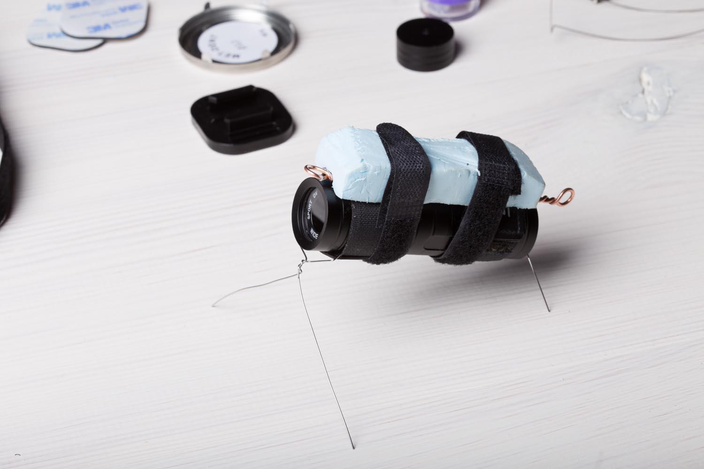 Kamera na stojaku z drutu dental. Pozwala on na uniesienie jej nieco nad dno