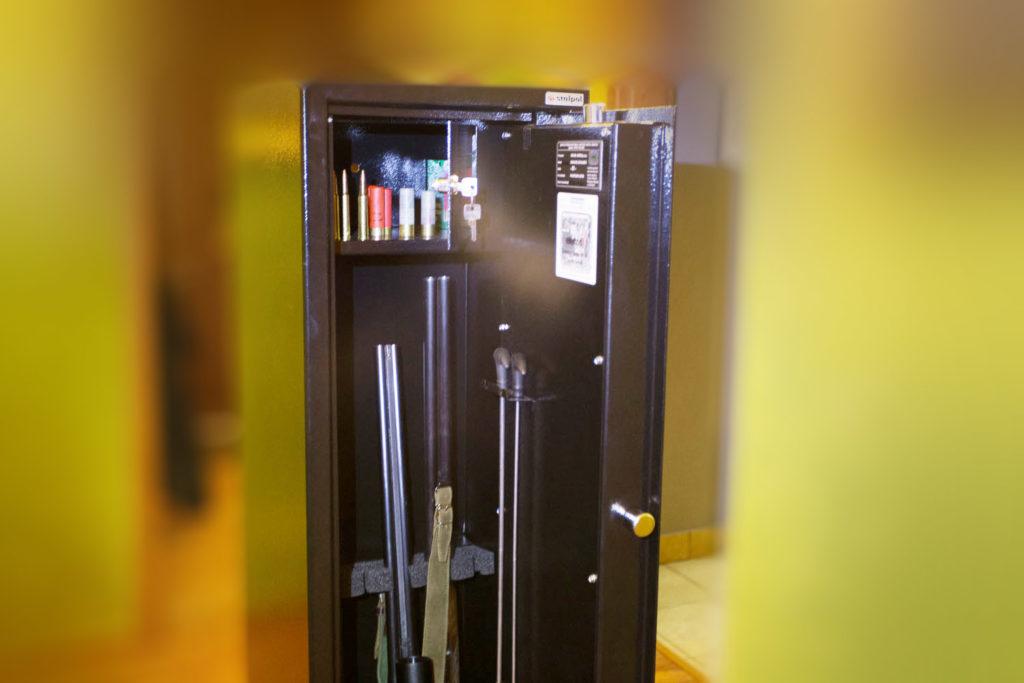 Spory schowek, na amunicję, a na drzwiach uchwyt na wyciory